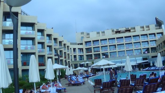 Sand Beach Hotel: The pool and barbeque area