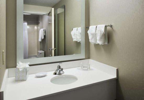 Milford, CT: Suite Bathroom