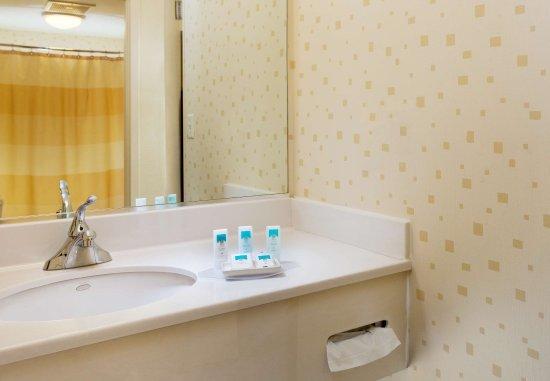 Centreville, فيرجينيا: Guest Bathroom Vanity