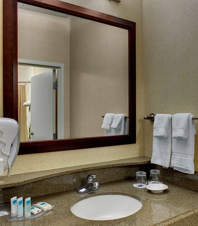 SpringHill Suites Memphis Downtown: Queen/Queen Suite Bathroom