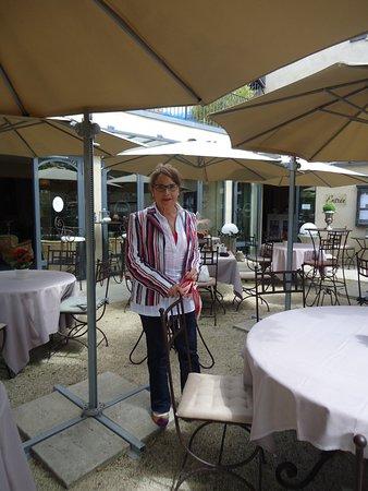 Limonest, Frankrike: Terrasse ombragée,idéale pour s'y retrouvée entre amis autour d'un bon verre
