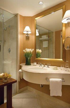 Four Seasons Hotel Houston: HFS Bathroom