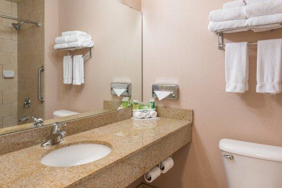 Everett, WA: Two Room Suite Guest Bath