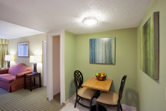 Holiday Inn Nashua: Enjoy the eat in area in our Kitchenette Suites.