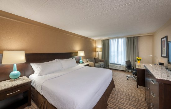 Strongsville, OH: Renovated Guest Room with King Bed