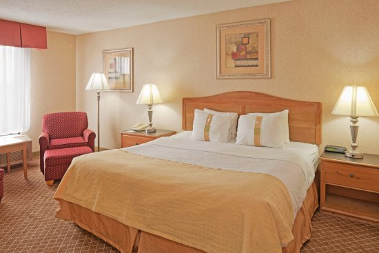 Perrysburg, OH: King Bed Guest Room