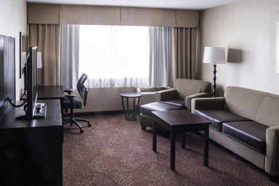 Big Rapids, MI: King Bed Suite Sitting Area