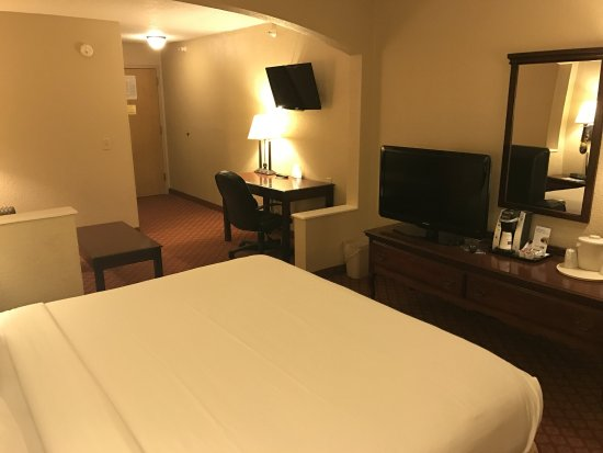 Metropolis, IL: King Leisure Suite with Pull-out Couch