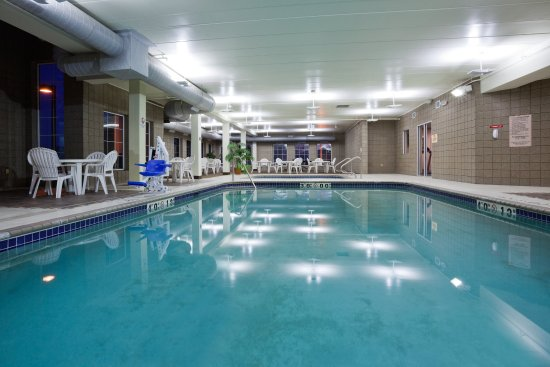 Saint Cloud, มินนิโซตา: Relax in Our Pool at the Holiday Inn Express & Suites St. Cloud