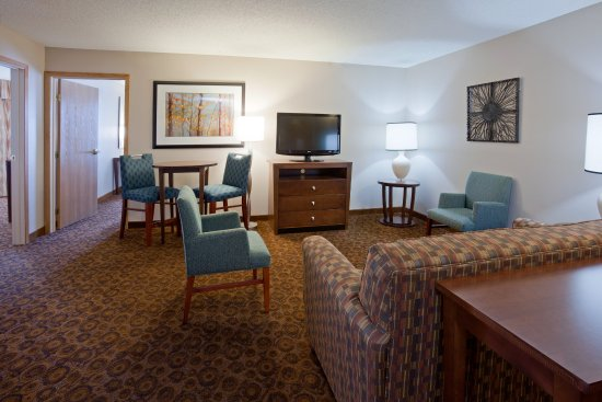 Saint Cloud, MN: Family Suite, One King, One Queen, Living Room and Kitchette
