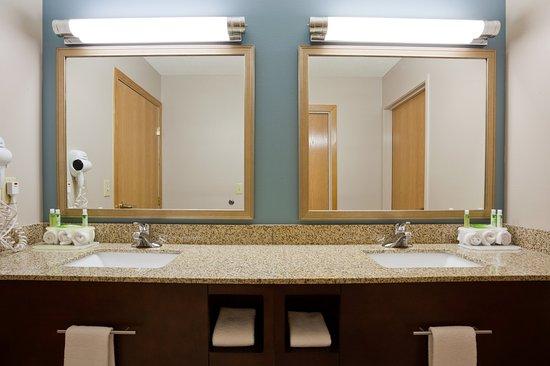 Saint Cloud, MN: Family Suite Guest Room Bathroom