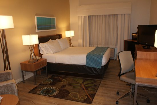 Holiday Inn Express Pittsburgh-North (Harmarville): After a long day on the road, enjoy our spacious guest room