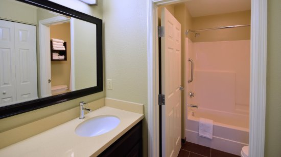 Holiday Inn Express Fairfield: Guest Bathroom