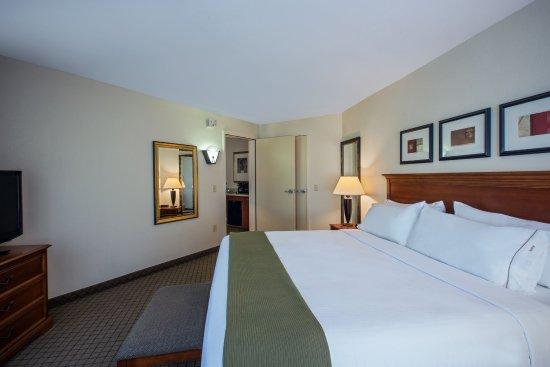 Flowood, MS: One Bedroom King Suite bedroom