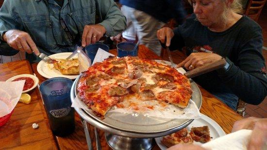 Brooksville, FL: Medium sausage pizza YUMO!