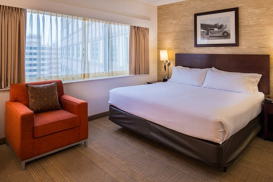 Rosemont, IL: King Bed Guest Room