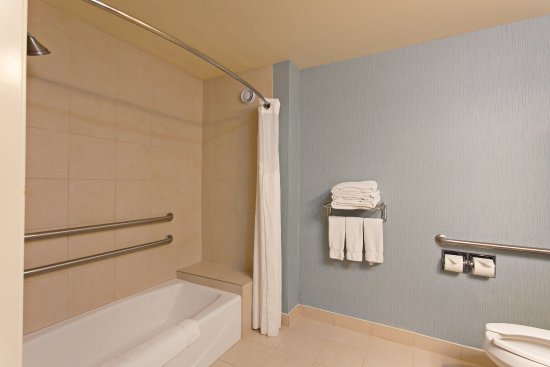 Hermosa Beach, CA: ADA/Handicapped accessible Guest Bathroom with mobility tub