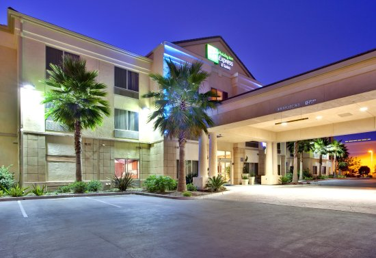 Holiday Inn Express Hotel & Suites San Diego Otay Mesa: Well lit and secure parking lot.