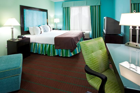 king bed corner balcony suite - picture of holiday inn hotel