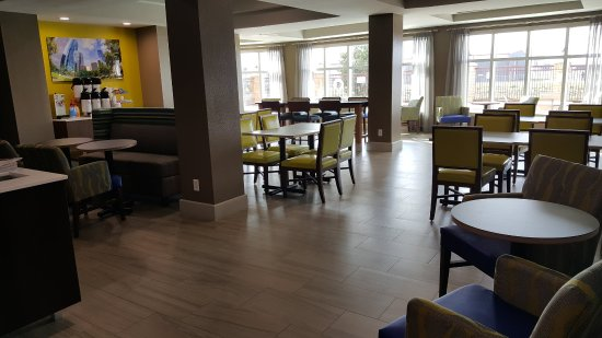 Holiday Inn Express Pearland: Breakfast Area