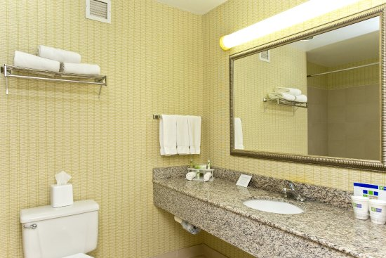 Stephens City, VA: Guest Bathroom with Granite Vanity