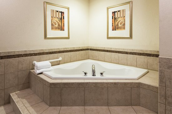 Webster, NY: King Spa Suites feature a spacious jetted tub