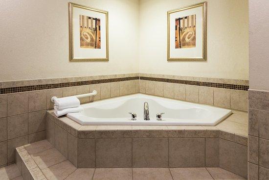 เว็บสเตอร์, นิวยอร์ก: King Spa Suites feature a spacious jetted tub