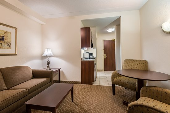 Webster, NY: Spacious Double Queen Suites provide room for the whole family