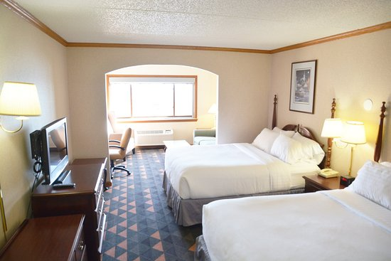 Port Washington, WI: 2 Queen Beds Suite WC Accessible