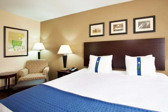Aurora, IL: King Bed Guest Room