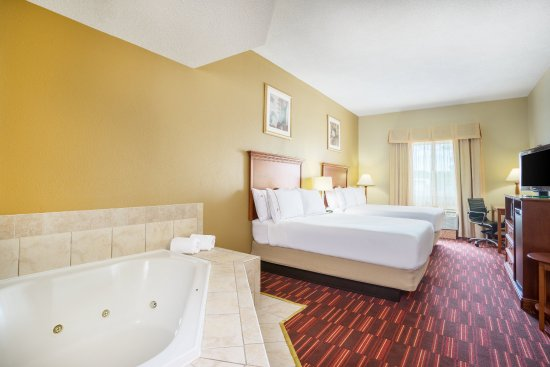 Woodbridge, VA: Two Double Bed Guest Room with jetted tub