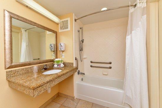 Holiday Inn Express Dayton: Guest Bathroom