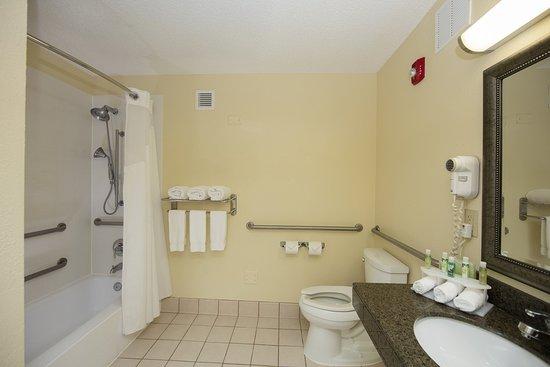 Atenas, GA: Oversized accessible bathroom