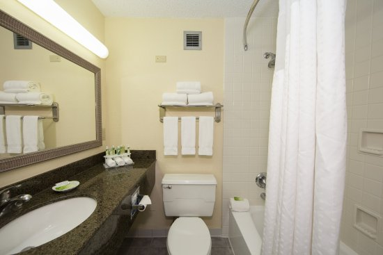 Atenas, GA: Well appointed bathroom for our two bed guest rooms