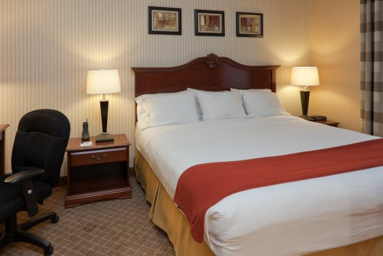 Holiday Inn Express Mentor (Lamalfa Conference Center): Standard Two  Queen Bed Guest Room