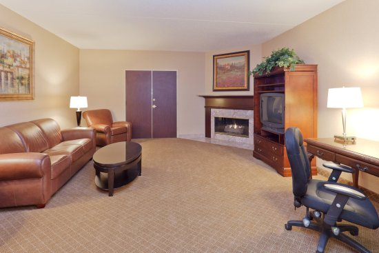 Holiday Inn Express Mentor (Lamalfa Conference Center): Bridal Suite Living Area