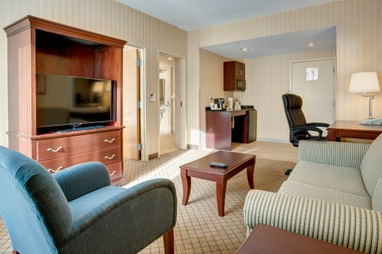 Holiday Inn Express Hotel & Suites West Long Branch: King ADA Suite Living Room