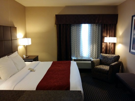 Comfort Suites Kelowna: Junior King Suite- king bed with pony wall and double sofa bed couch