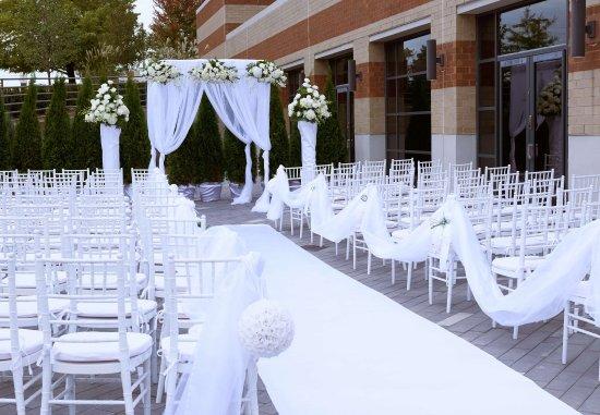 The Baronette Renaissance Detroit-Novi Hotel: Outdoor Weddings