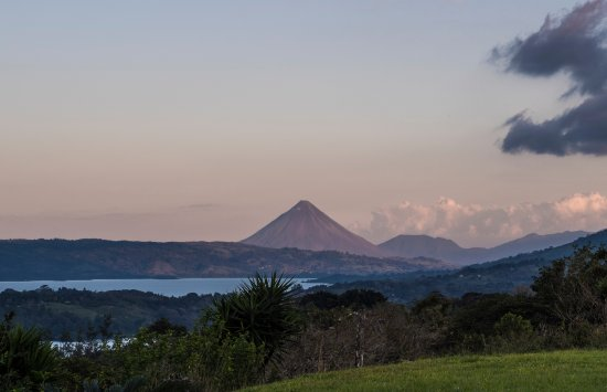 Tilaran, Costa Rica: The volcano and Lake Arenal look beautiful from atop the hill where the gallery is located.
