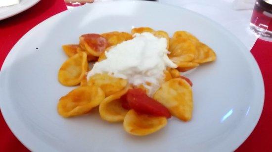 Turi, Italia: orecchiette al pomodoro con burrata