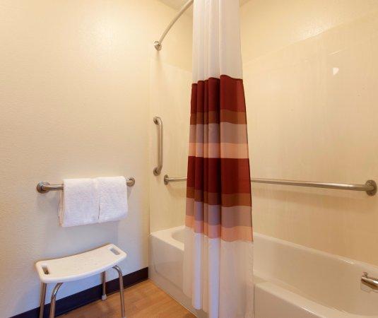 Red Roof Inn Lafayette: ADA Bath
