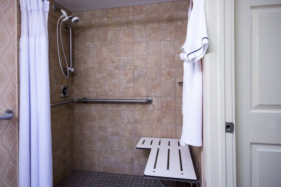 Crowne Plaza Hotel Reading: Full-sized ADA Bathroom with Roll-In Shower