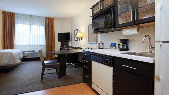 Doral, FL: Queen Bed Guest Room