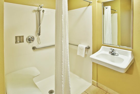 Killeen, TX: ADA/Handicapped accessible Guest Bathroom with roll-in shower