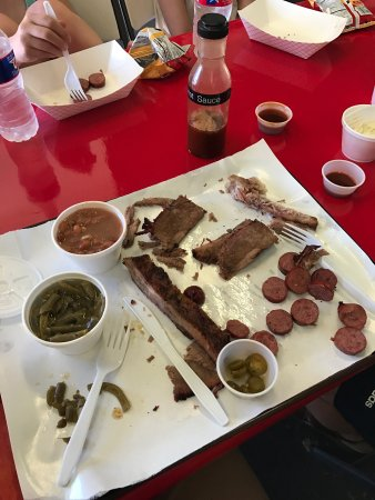 Hearne, TX: Toodies bbq is immaculately clean and the bbq is perfect.  Ribs, brisket, sausage, green beans,
