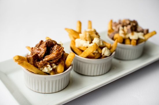 Longueuil, Kanada: The poutine trio! regular, chicken & duck
