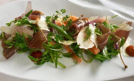 Claye Souilly, Fransa: Carpaccio de boeuf mariné gravlax, coupé dans le coeur de rumsteck, parfumé aux herbes.