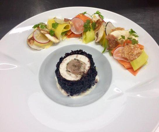 Claye Souilly, Fransa: La poulette au pot façon maki, riz noir, légumes  croquants, bouillon de poule citronné