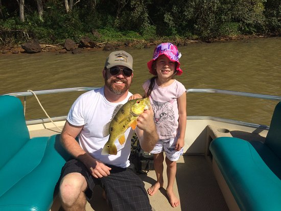 Koloa, Hawaï: Father and daughter and the rare peacock bass!